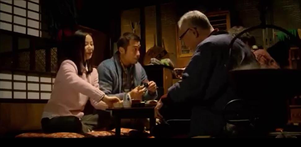 日本酒の熱燗を酌み交わしながら、老夫婦の思い出話を聞くふたり