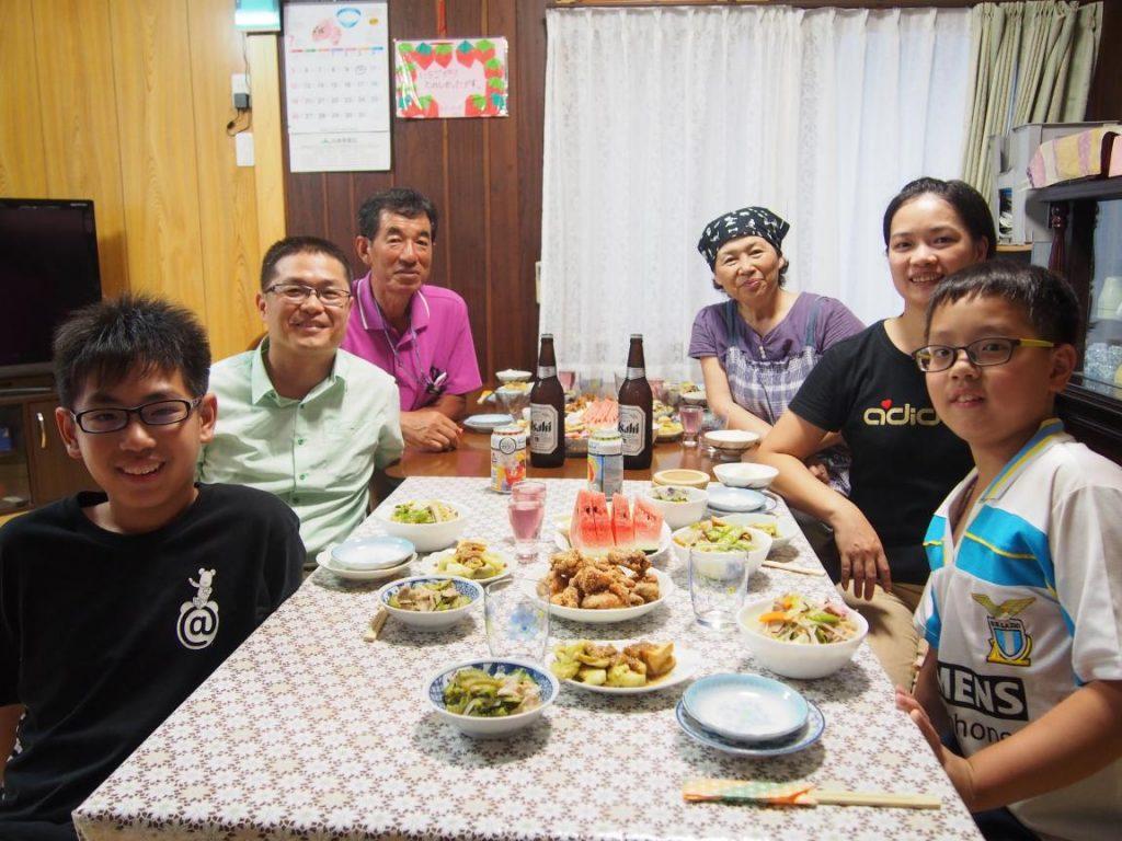 民泊先のキッチンで家族と一緒につくった夕食を楽しむ