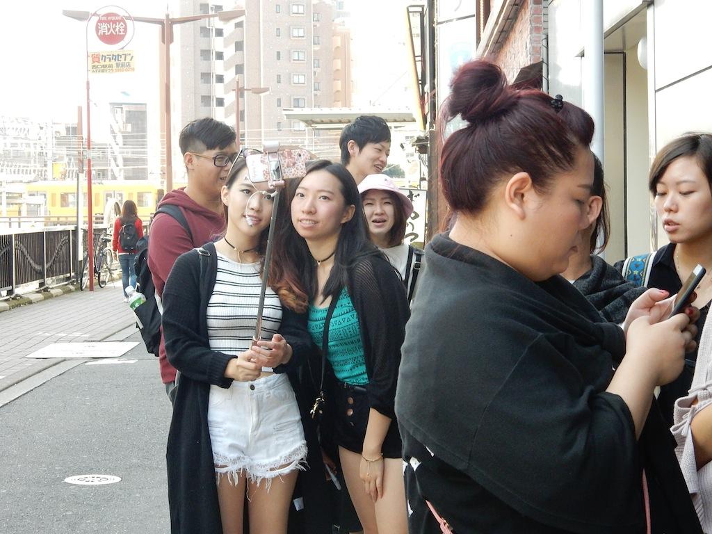 若いカップルや女性同士、小グループ客などいろいろ。アジア系が多く、自撮り好き?