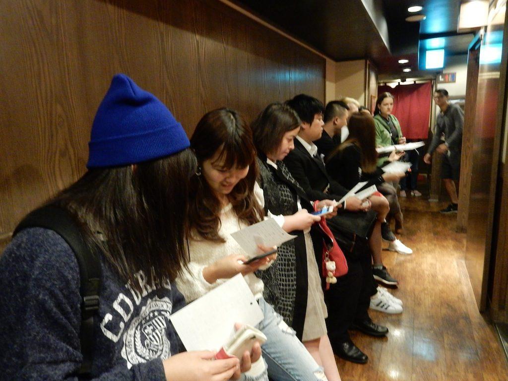 今回訪ねたのは、新宿3丁目店。アジア客が多いが、白人女性や黒人男性も並んでいた