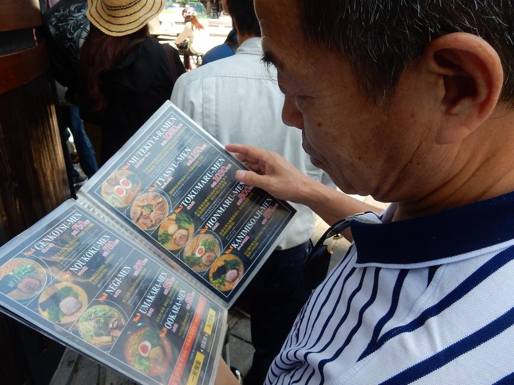 彼は中国語のメニューを見ながら「のうこく麺(780円)」を注文した