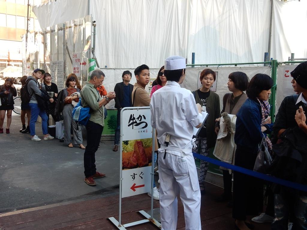 30人近い行列。ざっと見た感じ、外国客も多い