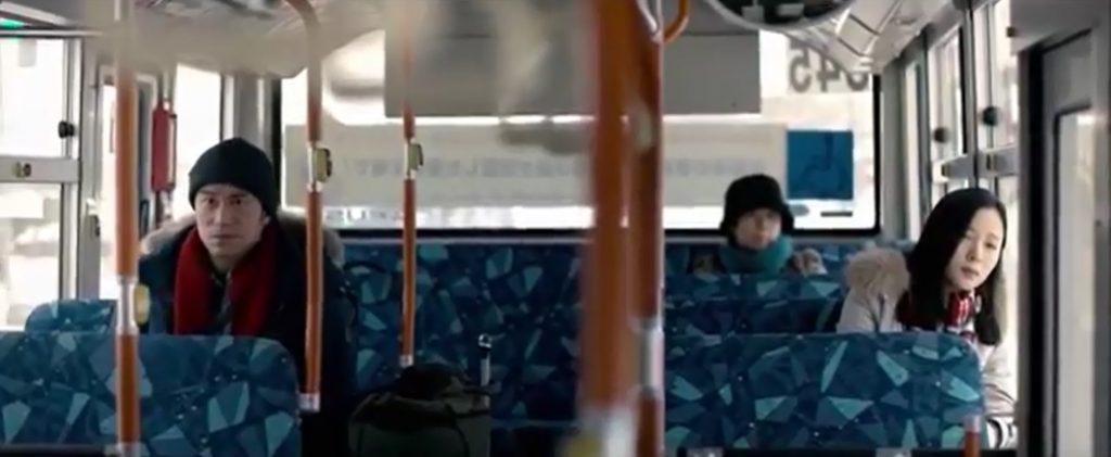 バスの中でふたりの気持ちは離れてしまったよう。「せっかくのハネムーンなのに、自分はどこに連れて行かれているのだろう…」。彼女の気持ちは理解できる