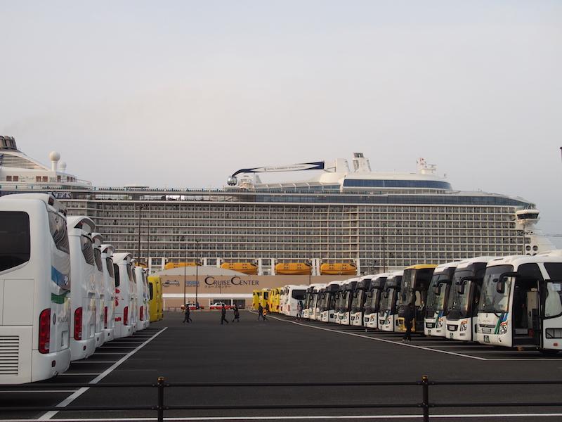 博多港国際ターミナルの周辺に隊列するバス群と巨大なクルーズ客船