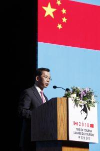 中国・カナダ観光年の開会式で挨拶する盧沙野中国大使