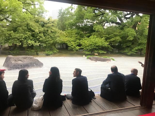 ▲承天寺で開催された海外メディアの歓迎イベント。学生スタッフ2人も参加し英語で案内