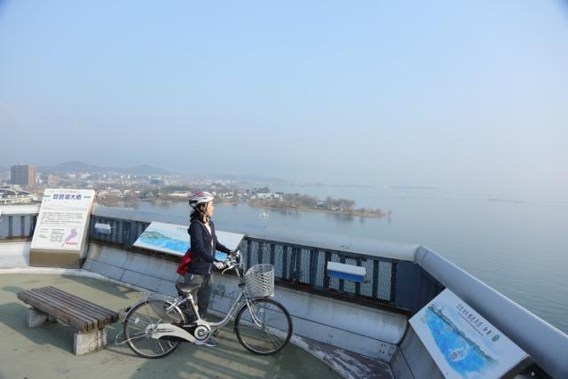▲琵琶湖大橋は、両側に自転車・歩行者専用道路も設けられている