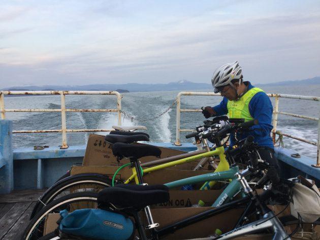 ▲漁船タクシーに自転車を積み込んで移動する